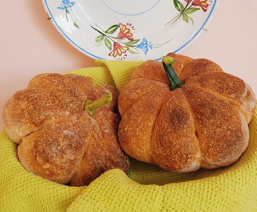 questa immagine rappresenta pane alla zucca ricetta di pasticciandoconlafranca