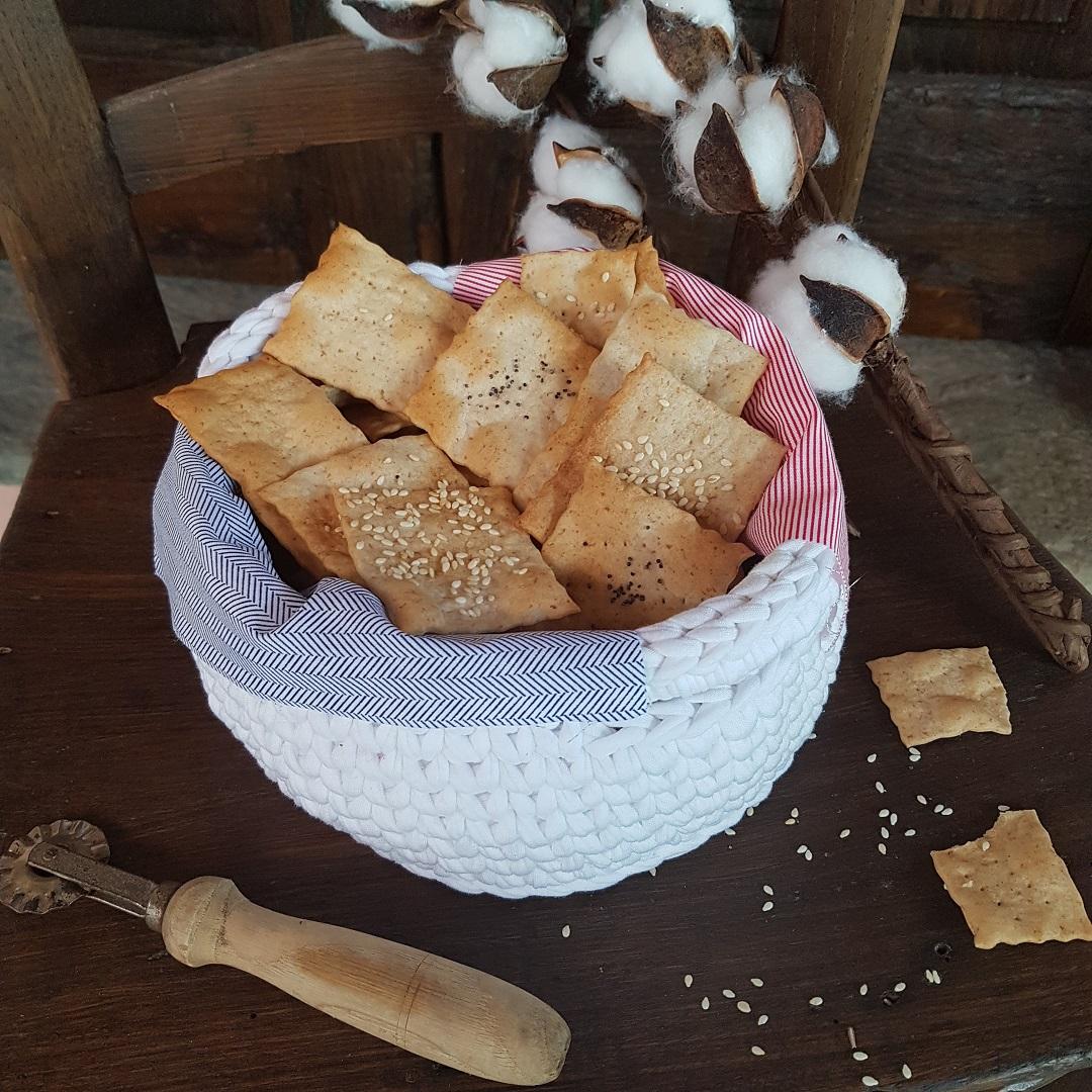 questa immagine rappresenta i cracker al farro e semi di sesamo ricetta di pasticciandooconlafranca