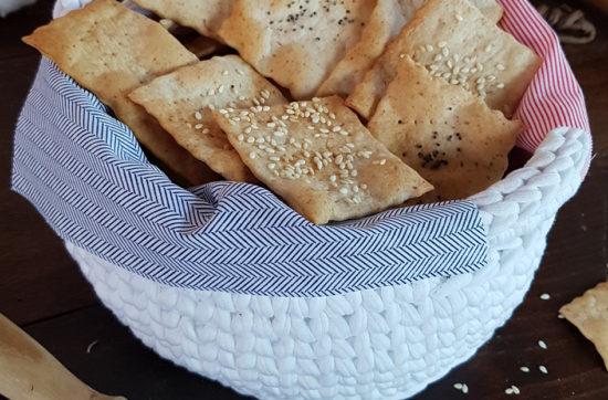 questa immagine rappresenta i cracker al farro e semi di sesamo ricetta di pasticciandoconlafranca