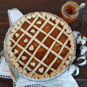 questa immagine rappresenta la crostata al farro e grano saraceno con marmellata di arance ricetta pasticciandoconlafranca