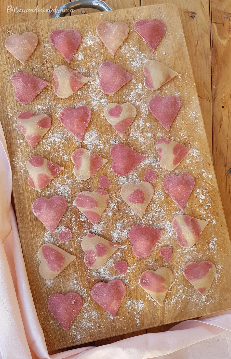 questa foto rappresenta i cuori di ravioli alla barbabietola ricetta di pasticciandoconlafranca