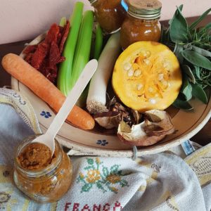 questa immagine rappresenta il dado vegetale fatto in casa ricetta di pasticciandoconlafranca