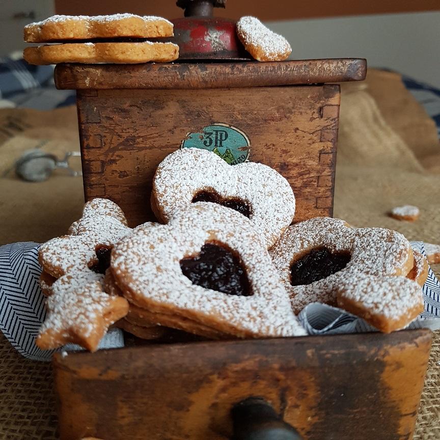 questa immagine rappresenta i linzer cookies vegani ricetta di pasticciandoconlafranca