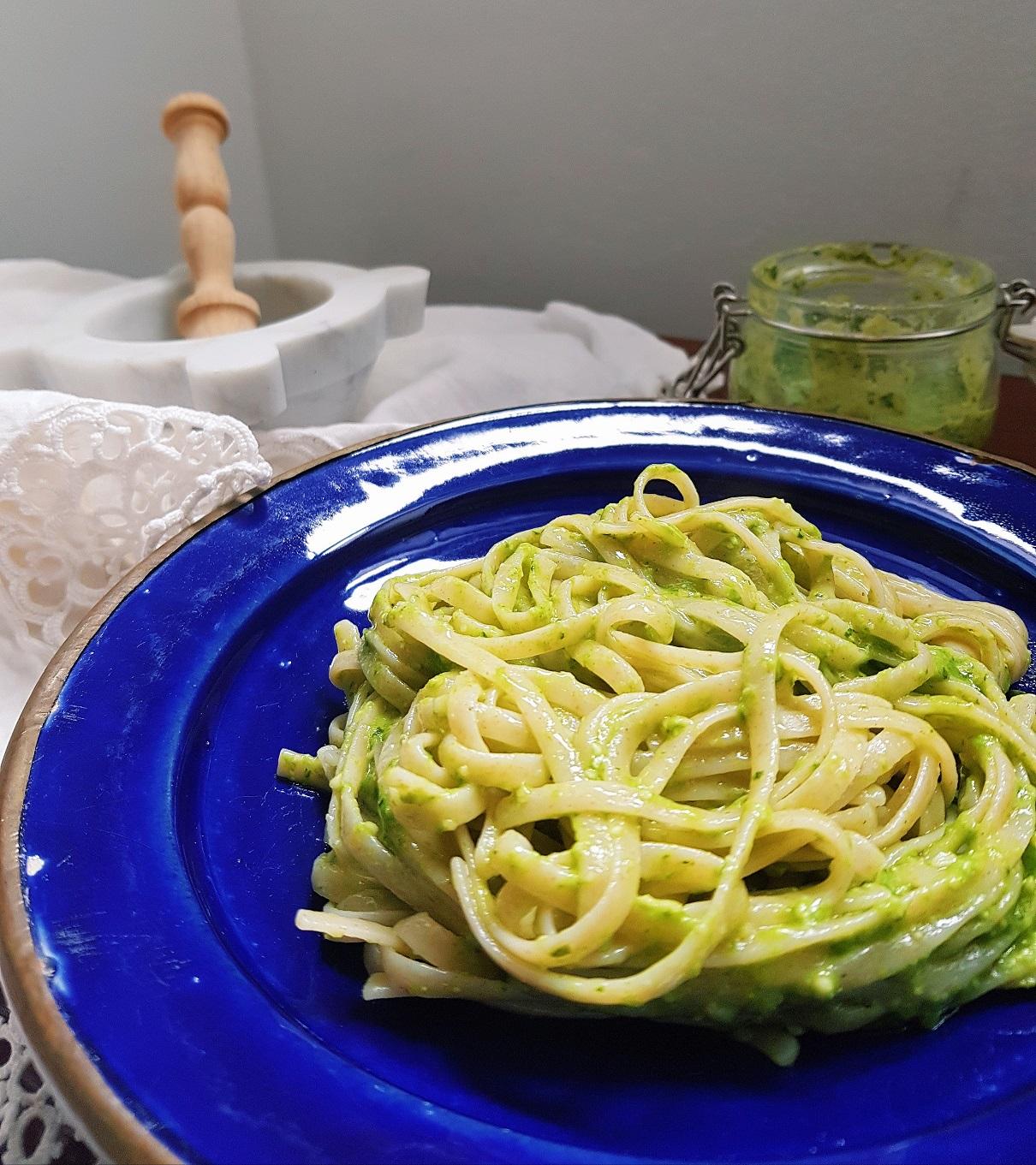 questa immagine rappresenta le Trenette al pesto vegetale ricetta di pasticciandoconlafranca