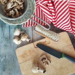 questa immagine rappresenta come pulire i funghi champignon tutorial di pasticciandoconlafranca