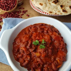 questa immagine rappresenta chili di fagioli con pane chapati ricetta di pasticciandoconlafranca