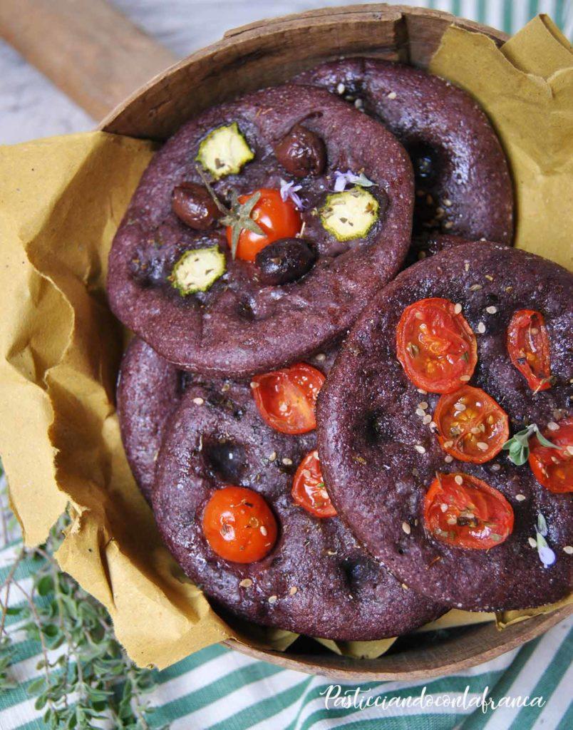questa immagine rappresenta focaccine rustiche al riso venere ricetta di pasticciandoconlafranca