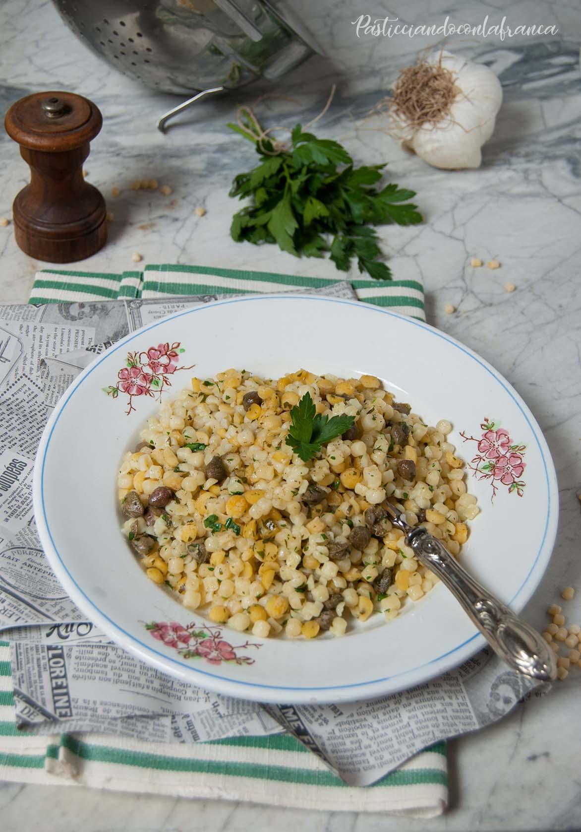 questa immagine rappresenta fregola sarda con ceci e capperi al profumo di mare ricetta di pasticciandoconlafranca