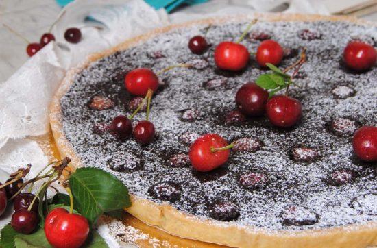 questa immagine rappresenta crostata al cioccolato fondente e ciliegie ricetta di pasticciandoconlafranca