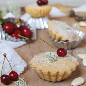questa immagine rappresenta i gobeletti mandorla e ciliegia ricetta di pasticciandoconlafranca