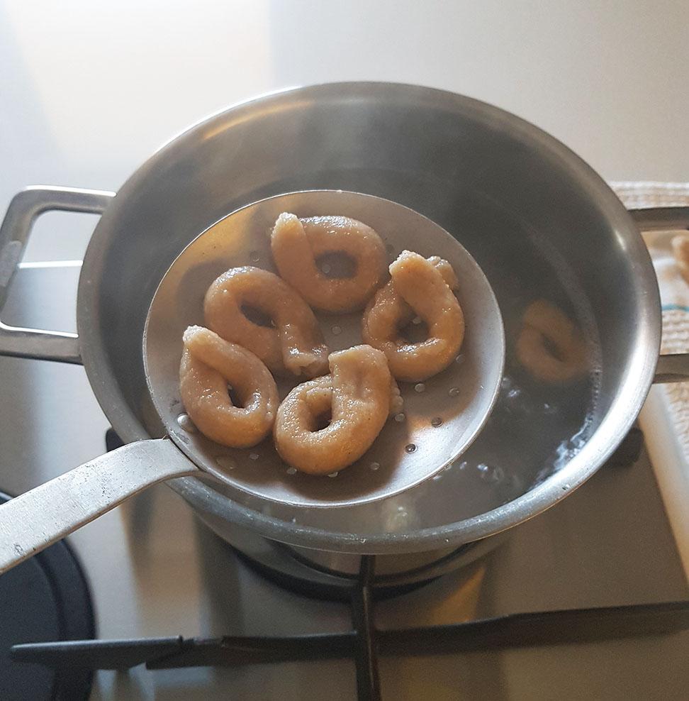 questa immagine rappresenta taralli pugliesi friabili: ecco i segreti ricetta di pasticciandoconlafranca