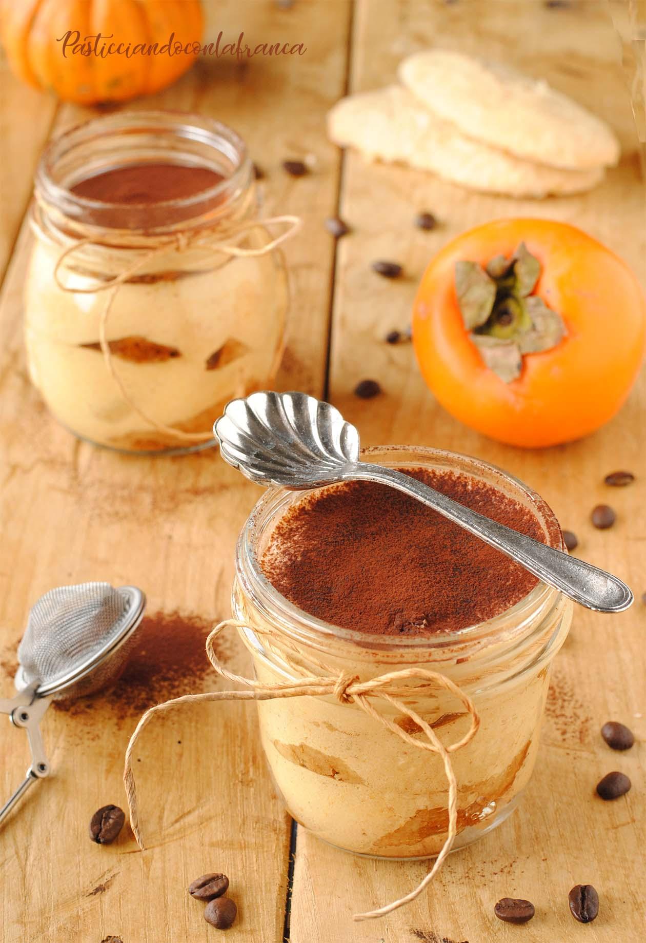 questa immagine rappresneta tiramisù ai cachi 3 ingredienti ricetta di pasticciandoconlafranca