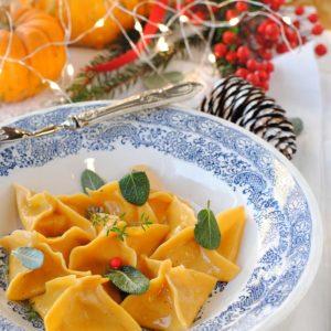 questa immagine rappresenta ravioli alla zucca e pomodori secchi ricetta di pasticciandoconlafranca