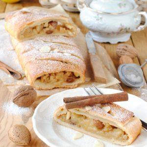 questa immagine rappresenta Strudel di mele senza zucchero ricetta di pasticciandoconlafranca
