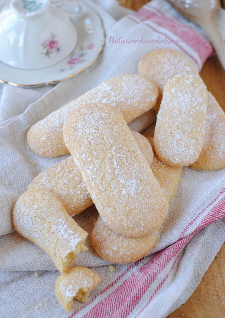 questa immagine rappresenta biscotti tipo savoiardi vegan ricetta di pasticciandoconlafranca