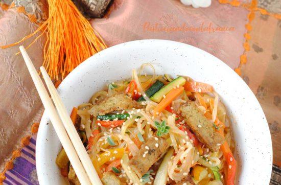 questa immagine rappresenta spaghetti di riso con tofu e verdure ricetta di pasticciandoconlafranca