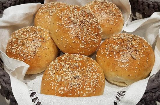 questa immagine rappresenta i burger buns ricetta di pasticciandoconlafranca