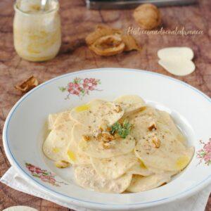 questa immagine rappresenta i corzetti con salsa di noci ricetta di pasticciandoconlafranca